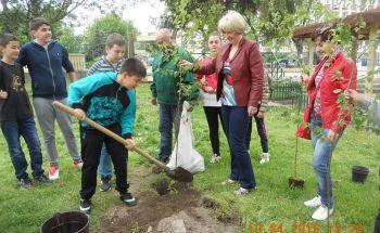 """Учениците от Училища ЕВРОПА-Видин засадиха дръвчета в двора на ОУ """"Иван Вазов"""